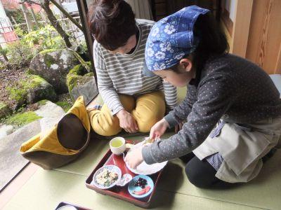 民家の縁側で、美味しいお茶とお茶請け。そしておしゃべり!